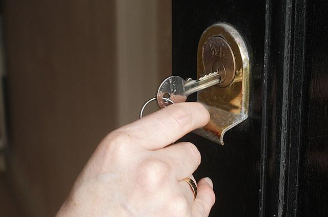Дом не ремонтируют из-за долгов одной квартиры. Что делать?