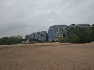В Петербурге застройщик элитного поселка закрыл горожанам доступ к пляжу