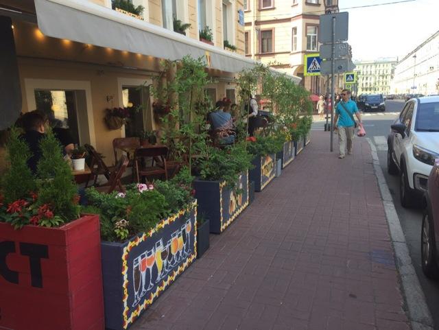 Большинство летних веранд кафе в Петербурге работают незаконно